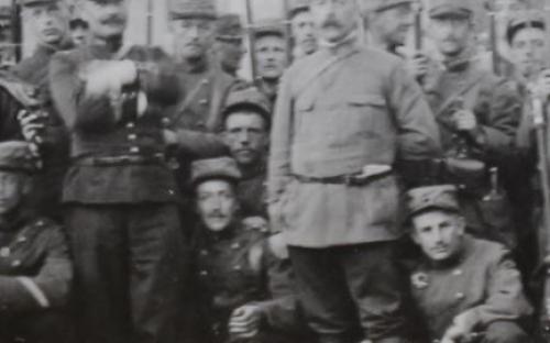 A droite, le commandant Vannière au côté d'un capitaine en tunique
